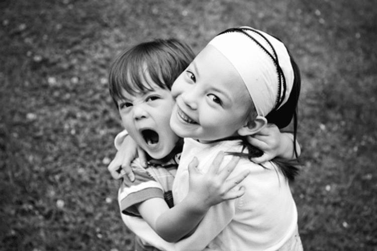 """""""MÃE, EU NÃO QUERO QUE ELE ME ABRACE…"""" – Por que não é legal incentivar que crianças abracem desconhecidos?"""
