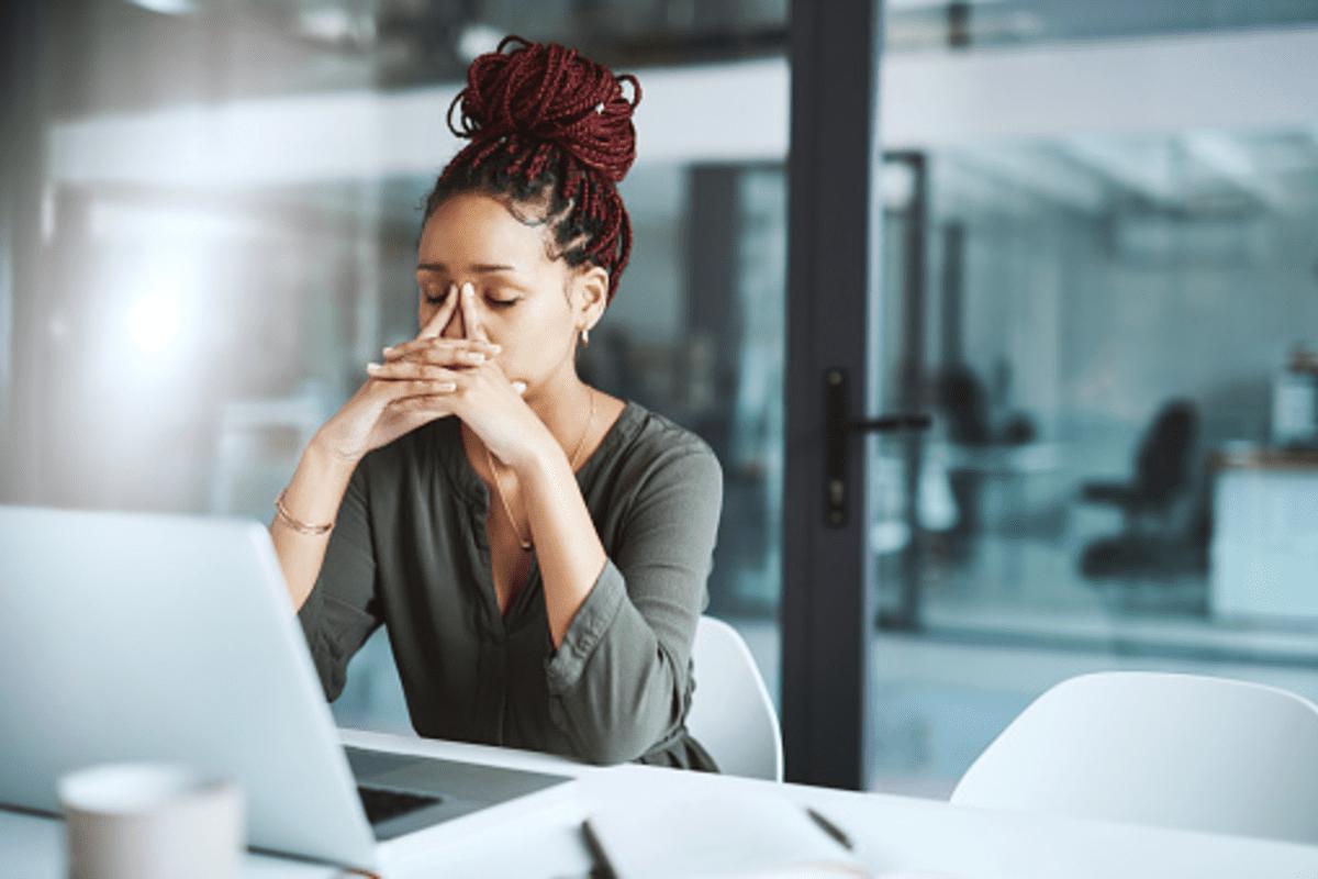 """Síndrome da Impostora: por que as mulheres se sentem fraudes e como isso dialoga com os """"idiotas confiantes""""?"""